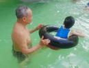 """Ông giáo làng xây bể """"dụ"""" trẻ em đến dạy bơi miễn phí"""