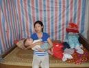 Xót thương bé 6 tháng tuổi khát sữa dưới bầu sữa mẹ ương dở thất thường