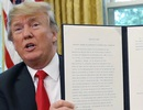 """Chữ ký """"không giống ai"""" của Tổng thống Trump gây xôn xao"""