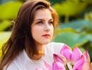 """Bộ ảnh thiếu nữ ngoại quốc thả dáng bên hoa sen gây """"sốt"""" mạng"""