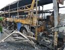 Xe đang chở nhiều hành khách bất ngờ cháy trơ khung