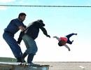 Sốc với cha ném con từ mái nhà để phản đối chính quyền