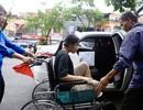 Cha đưa con gái ngồi xe lăn đến làm thủ tục thi THPT quốc gia