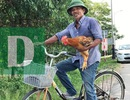 Chú đi xe đạp mang gà đến trường thi chờ cháu về nấu cháo