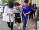 Thanh niên tình nguyện tận tình cõng thí sinh tai nạn vào phòng thi