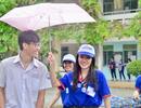 Sinh viên tình nguyện đổi quần dài cho thí sinh để vào làm thủ tục dự thi