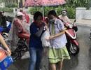 Chùm ảnh: Thí sinh Sài Gòn dầm mưa đến trường thi môn Ngoại ngữ