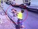 """Chàng trai trẻ nhận """"mưa"""" lời khen vì đón trúng bé gái rơi từ tầng 2"""