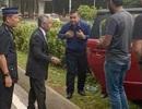 """Ảnh Nhà vua Malaysia dừng đoàn xe giúp người gặp tai nạn gây """"sốt"""""""