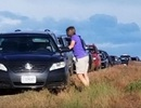 """""""Nghe lời"""" Google Maps, cả trăm ô tô mắc kẹt giữa cánh đồng"""