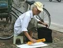 Cụ ông 80 tuổi phát thước kẻ miễn phí trước cổng trường thi