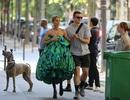 Celine Dion thay loạt trang phục sành điệu chụp hình thời trang trên phố