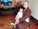 Nhiều người xin nhận nuôi bé gái bị mẹ bỏ rơi trong chùa
