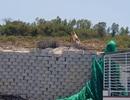 """Khánh Hòa: Hoàn tất di tản dân, bức tường """"khủng"""" sai phép đang được tháo"""