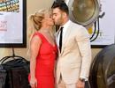 Britney Spears hôn bồ trẻ trên thảm đỏ