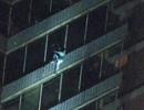 Người đàn ông được ví như Người Nhện khi leo 19 tầng nhà tìm mẹ trong cơn hỏa hoạn