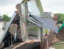 Sạt lở lúc rạng sáng, hai căn nhà đổ sập xuống sông