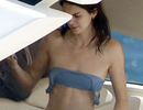 Kendall Jenner lộ vòng một siêu phẳng