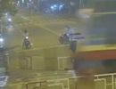 Kinh hoàng giây phút người đi xe máy lao vào đoàn tàu