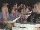 Bố của Taylor Swift phát pizza cho người hâm mộ