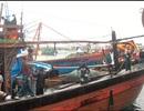 Tàu cá bị sóng đánh chìm khi đang được lai dắt, 2 ngư dân rơi xuống biển