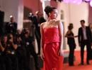 Barbara Palvin yêu kiều với váy đỏ