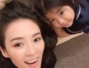 Chương Tử Di xinh đẹp, trẻ trung tạo dáng cùng con gái nhỏ