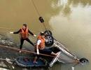 Phát hiện nữ hành khách trong chiếc xe taxi lao xuống sông