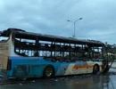 Xe khách cháy trơ khung khi đang lưu thông