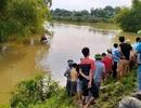 Taxi lao xuống sông, 2 người mất tích trong dòng nước lũ