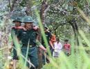 Bộ đội dùng xe chuyên dụng đi đón học sinh đến trường khai giảng