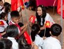 Hoa hậu H'hen Niê đi xe máy về trường cấp 1 tham dự lễ khai giảng