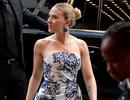 Scarlett Johansson khoe vai trần quyến rũ