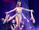 Paris Hilton mặc gợi cảm trình diễn thời trang