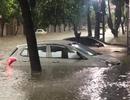 """Hàng loạt ô tô """"chìm nghỉm"""" trong biển nước ở Thái Nguyên"""
