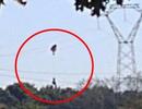 Máy bay F16 của Bỉ rơi, phi công mắc kẹt trên lưới điện cao thế