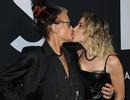 Steven Tyler hôn âu yếm bạn gái kém 41 tuổi