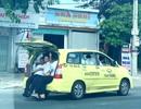 """Taxi chở… 11 người, ngồi tràn cả cốp xe """"vi vu"""" trên QL 1A"""