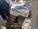Hiệu trưởng bị cách chức vì trường rửa bát bằng bột giặt