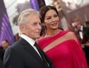 Catherine Zeta-Jones rực rỡ váy hồng bên chồng U80