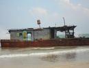 """5 thuyền viên trên tàu """"không số"""" bị sóng đánh dạt vào biển Quy Nhơn"""