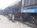 Tàu hỏa tông xe tải, 4 toa tàu lật văng khỏi đường ray