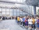 Người Trung Quốc xếp hàng mua điện thoại Huawei chẳng kém gì ở Apple Store