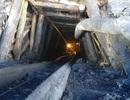 """Đột nhập mỏ than thổ phỉ, chứng kiến phu than """"lặn"""" sâu hàng chục mét dưới lòng đất"""