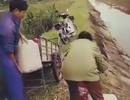 Vợ chồng trưởng thôn đổ chất thải bẩn ra môi trường