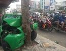 TPHCM: Taxi bể nát khi tông thẳng vào gốc cây