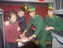 Giấu 1.400 viên ma túy trong tay áo mang về Việt Nam thì bị bắt