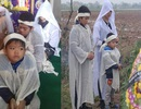 Xót lòng cảnh 3 đứa trẻ phải nghỉ học, khóc ngất bên nấm mồ của mẹ