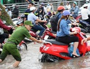 Công an Cần Thơ gò lưng giúp dân đẩy xe chết máy trong biển nước