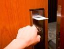 Thực hư thông tin phải gõ cửa 3 lần trước khi vào phòng khách sạn để tránh ác mộng